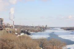 Красивый городской пейзаж от реки с стоковая фотография rf
