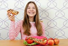 Красивый девочка-подросток с сэндвичем стоковое фото