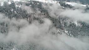 Красивый день горы, муха над пасмурной землей зимы акции видеоматериалы