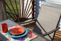 Красивый день для того чтобы насладиться обедающим на палубе стоковое фото