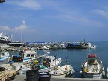 Красивый день ` s лета на гавани Anzio на побережье Италии к югу от Рима стоковые изображения rf