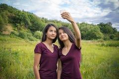 Красивый детеныш дублирует девушек делая selfie Стоковое Изображение RF