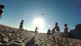 Красивый детеныш резвится волейбол пляжа игры людей в вечере лета в солнце видеоматериал