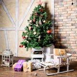 Красивый дизайн интерьера рождества В украшенной комнате Крис Стоковое Изображение
