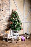 Красивый дизайн интерьера рождества В украшенной комнате Крис Стоковые Фотографии RF