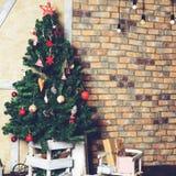 Красивый дизайн интерьера рождества В украшенной комнате Крис Стоковая Фотография RF