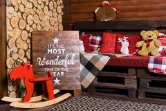 Красивый дизайн интерьера рождества Комната украшенная с деревянным Стоковое фото RF