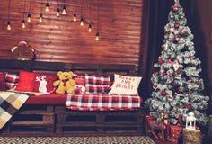 Красивый дизайн интерьера рождества Комната украшенная с деревянным Стоковые Изображения RF