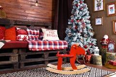 Красивый дизайн интерьера рождества Комната украшенная с деревянным Стоковое Изображение RF