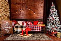 Красивый дизайн интерьера рождества Комната украшенная с деревянным Стоковые Фотографии RF