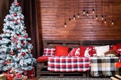 Красивый дизайн интерьера рождества Комната украшенная с деревянным Стоковое Фото