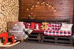 Красивый дизайн интерьера рождества Комната украшенная с деревянным Стоковая Фотография