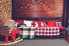 Красивый дизайн интерьера рождества Комната украшенная с деревянным Стоковое Изображение