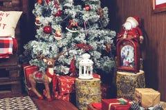 Красивый дизайн интерьера рождества Конец-вверх украшенного Криса Стоковые Изображения RF