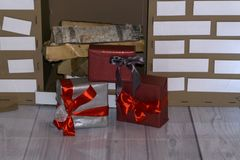 Красивый дизайн интерьера рождества Конец-вверх украшенной рождественской елки с подарками под им, игрушкой Санта Клауса, оленями стоковые фото