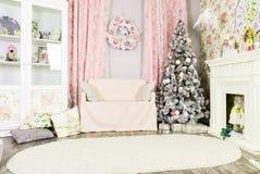 Красивый дизайн интерьера рождества Розовая комната с белым firepl Стоковые Изображения