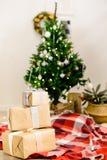 Красивый дизайн интерьера рождества Селективный фокус на подарках, o Стоковое Фото
