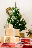 Красивый дизайн интерьера рождества Селективный фокус на подарках, o Стоковые Изображения RF