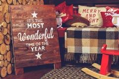 Красивый дизайн интерьера рождества Софа с теплыми половиком и пилюлькой Стоковая Фотография RF