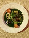 красивый дисплей и очень вкусные морепродукты с разнообразием окружать овощей стоковая фотография rf