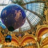 Красивый дисплей Dior на Galeries Лафайет в Париже, Франции стоковая фотография