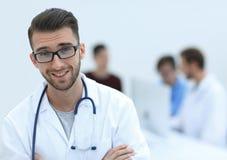 Красивый доктор на запачканной предпосылке Стоковые Фото