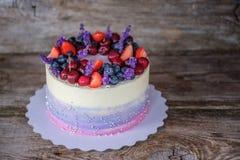 Красивый домашний торт украшенный с цветками лаванды Стоковая Фотография