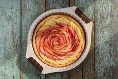 Красивый домодельный розовый пирог при роза сделанная кусков яблока в ба Стоковые Изображения