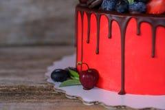 Красивый домодельный торт с красный замораживать плавленого сыра Стоковые Фото