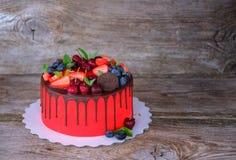 Красивый домодельный торт с красный замораживать плавленого сыра Стоковые Фотографии RF