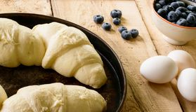 Красивый дом завтрак-обеда испек круассаны и здоровую свежую голубику стоковые фото