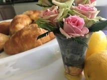 Красивый дом завтрак-обеда испек круассаны, розы и здоровые свежие лимоны стоковое фото rf