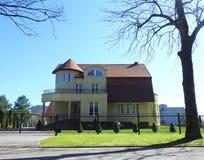 Красивый дом и славный сад, Литва Стоковые Фотографии RF