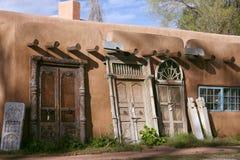 Красивый дом самана где двери шутовства надувательства в Fe Sante, Неш-Мексико стоковые фото