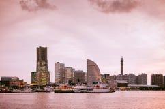 Красивый драматический горизонт города Иокогама во время захода солнца или sunris Стоковые Изображения