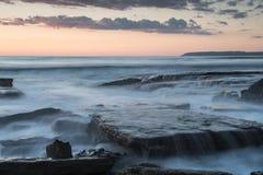 Красивый драматический заход солнца над скалистым побережьем стоковая фотография