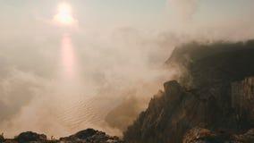 Красивый драматический заход солнца с красочными облаками и чудесной береговой линией сверху на накидке Aya в Крыме сток-видео