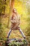 Красивый девочка-подросток в лесе осени Стоковое Фото