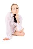 Красивый девушка одела в белой рубашке, и представлять связи стоковое фото