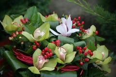 Красивый декоративный букет белых розовых желтых лилий Стоковая Фотография RF