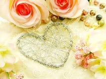 Красивый день валентинки с сердцем и розовой предпосылкой цветка Стоковое Изображение RF