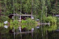 красивый деревянный коттедж на береге озера на озере Kulovesi Стоковое Фото