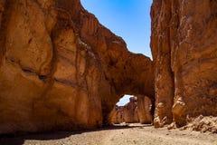 Красивый естественный каменный мост свода на национальном парке Калифорния Death Valley стоковые фото