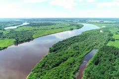 Красивый естественный пейзаж реки и зеленого вида с воздуха леса стоковое фото