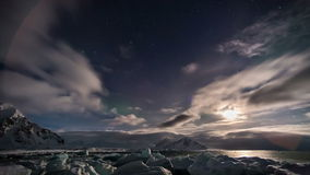 Красивый ледовитый ландшафт с северным сиянием - Шпицберген фьорда, Свальбард акции видеоматериалы