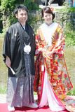 Красивый жених и невеста нося традиционное японское платье свадьбы в Киото Японии стоковое фото rf