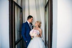 Красивый жених и невеста представляя к фотографу Стоковое фото RF