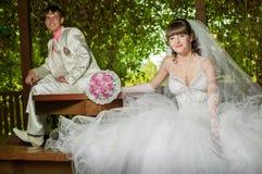 Красивый жених и невеста smilling Стоковая Фотография RF