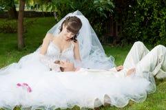 Красивый жених и невеста smilling Стоковая Фотография