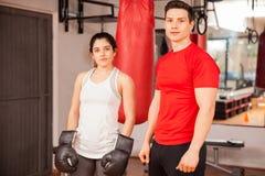 Красивый женский боксер и ее тренер Стоковое фото RF
